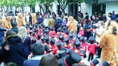 """Pasacalles ayer del Centro de Educación Infantil """"La Esperanza"""" a su paso por la Avenida España."""